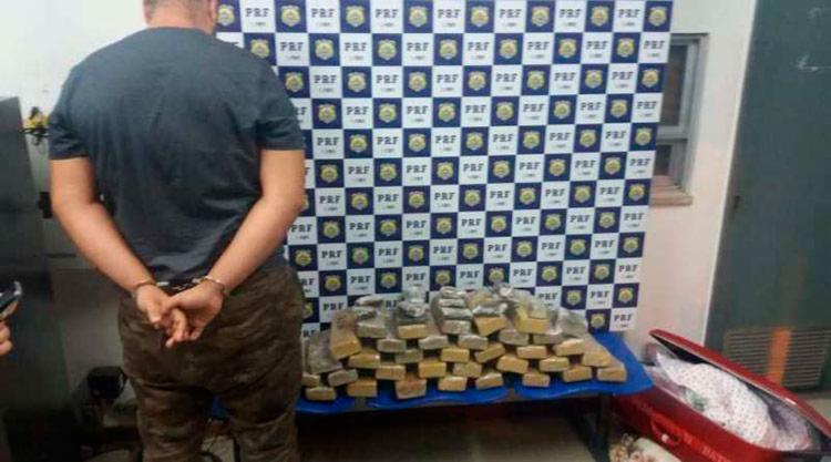 Policiais localizaram as drogas escondidas na mala de viagem do suspeito - Foto: Divulgação | PRF