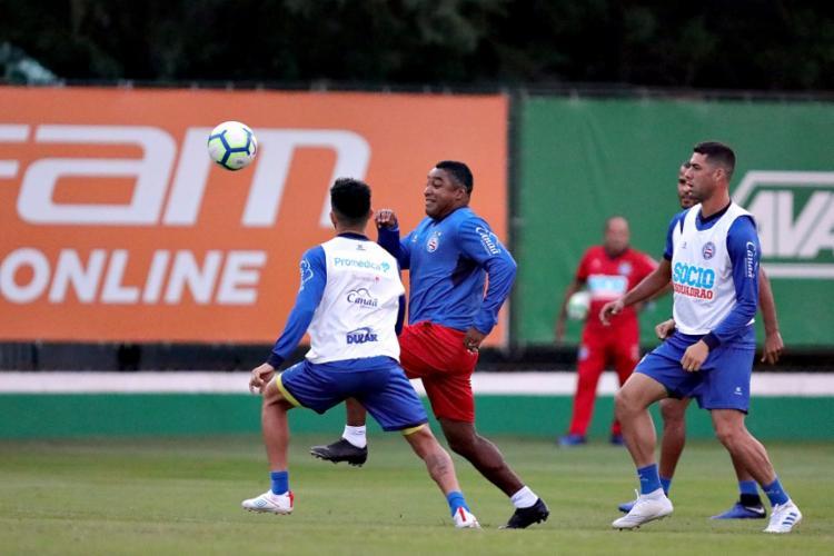 O técnico Roger Machado participou da atividade em campo com o elenco - Foto: Felipe Oliveira | EC Bahia