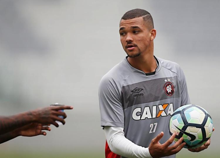 Zagueiro defendia as cores do Athletico PR antes de ser emprestado ao Vitória - Foto: Reprodução   Athletico PR