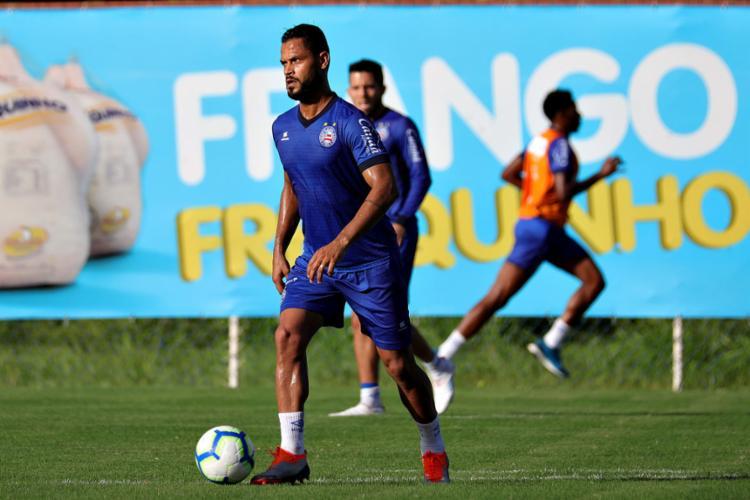O treino deu indícios de que Elton pode ganhar posição - Foto: Felipe Oliveira l EC Bahia