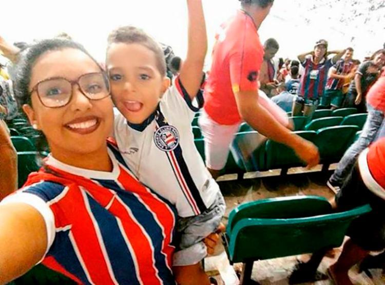 Lainy levou o filho ao estádio pela primeira vez antes dele completar um ano - Foto: Arquivo Pessoal