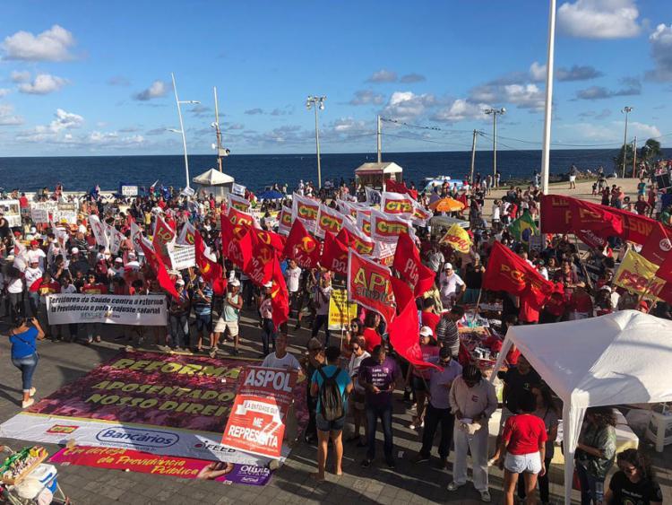 Os manifestantes se concentraram no Farol da Barra - Foto: Roberto Aguiar l Ag. A TARDE