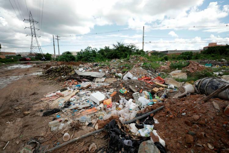 Lixo e entulho são comuns em terrenos de Feira de Santana - Foto: Joá Souza | Ag. A TARDE