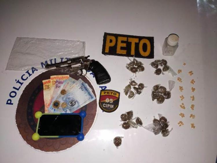 Com o homem foram encontrados arma, drogas e dinheiro - Foto: Divulgação   SSP-BA