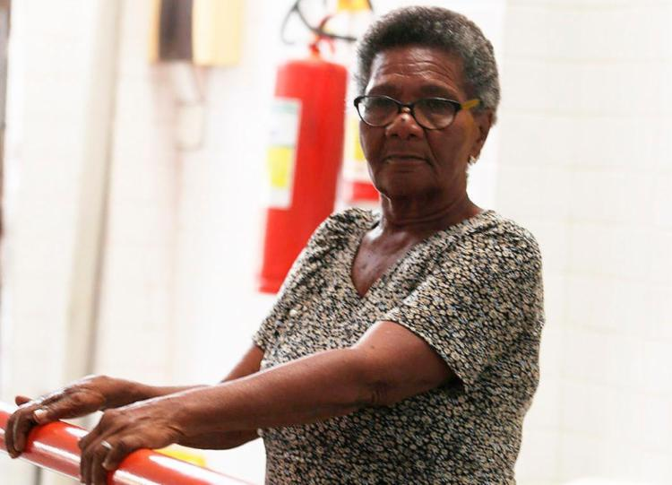 A aposentada Maria Augusta, de 77 anos, sofre consequências de um golpe aplicado em 2016 - Foto: Joá Souza | Ag. A TARDE