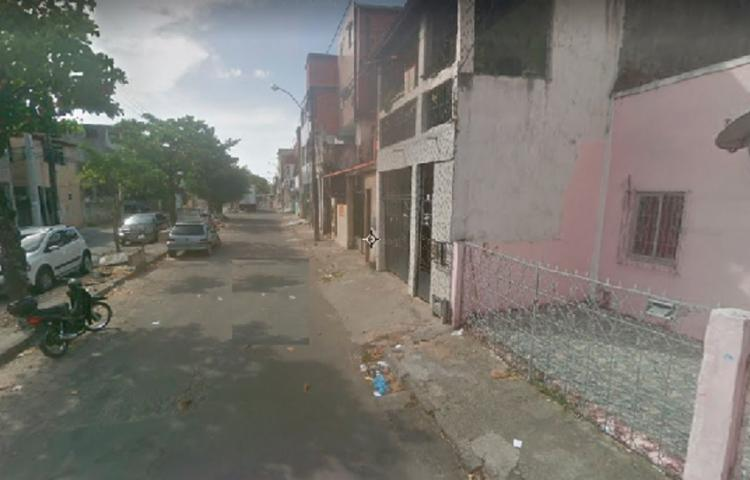 O caso aconteceu na rua Manoel Barros de Azevedo; suspeito fugiu após cometer o crime - Foto: Reprodução | Google Maps