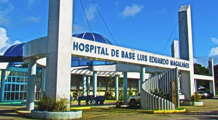 Homem foi baleado próximo ao Hospital de Base, para onde foi socorrido - Foto: Divulgação   GOV-BA
