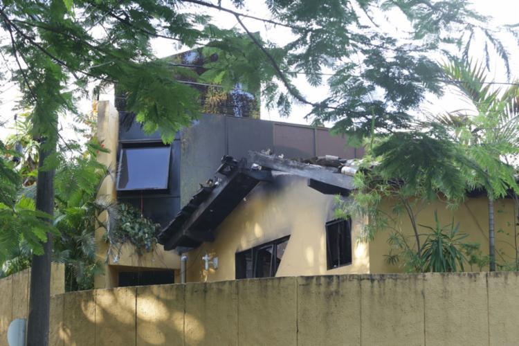 Na parte superior da residência havia um acúmulo de material combustível, o que potencializou a intensidade das chamas - Foto: Uendel Galter l Ag. A TARDE