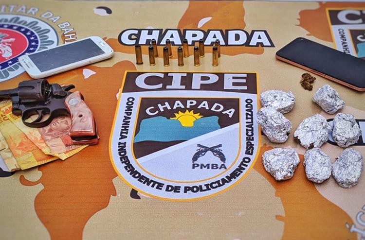 Suspeitos foram localizados com drogas, arma e dinheiro - Foto: Divulgação | SSP-BA