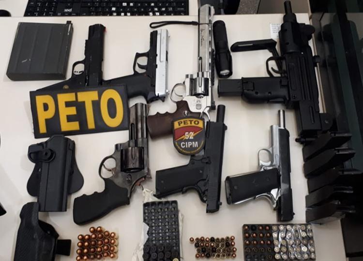 Homem foi encontrado com oito armas, sendo uma delas uma metralhadora - Foto: Divulgação | SSP-BA