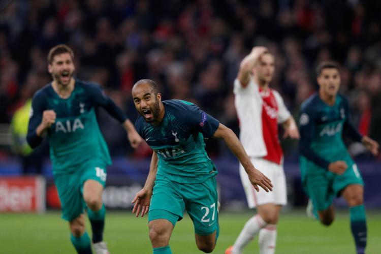 O atacante brasileiro comemora após marcar o gol que colocou o colocou time inglês na decisão - Foto: Adrian Dennis l AFP