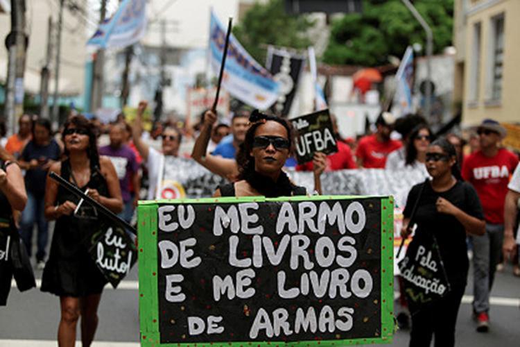 Em Salvador, estudantes e professores saíram ás ruas para protestar contra cortes na educação - Foto: Raul Spinassé l Ag. A TARDE