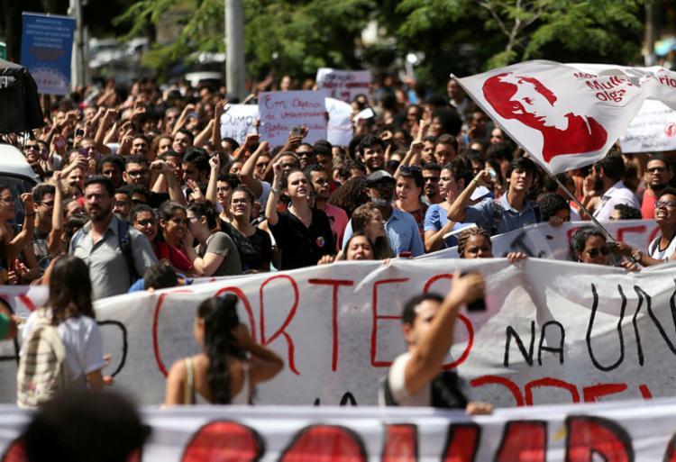 Professores e estudantes da Ufba protestaram na semana passada - Foto: Raul Spinassé   Ag. A TARDE   06/05/2019