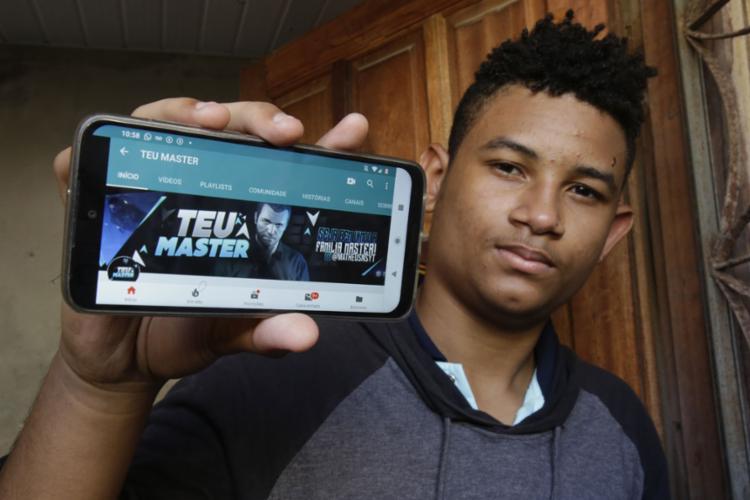 Matheus produz os vídeos no celular - Foto: Uendel Galter l Ag. A TARDE
