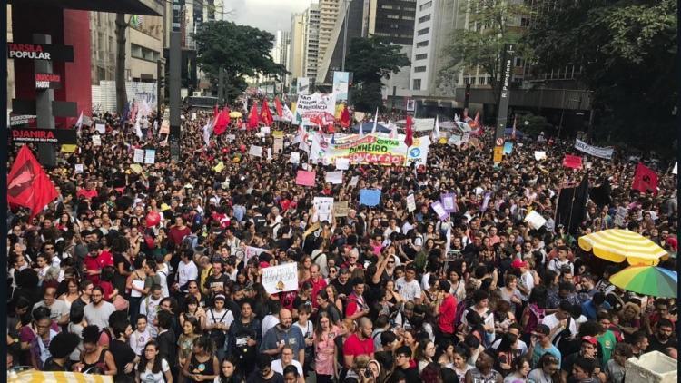 Educadores e estudantes mudaram a rotina de quem trabalha pela avenida - Foto: Reprodução | Twitter