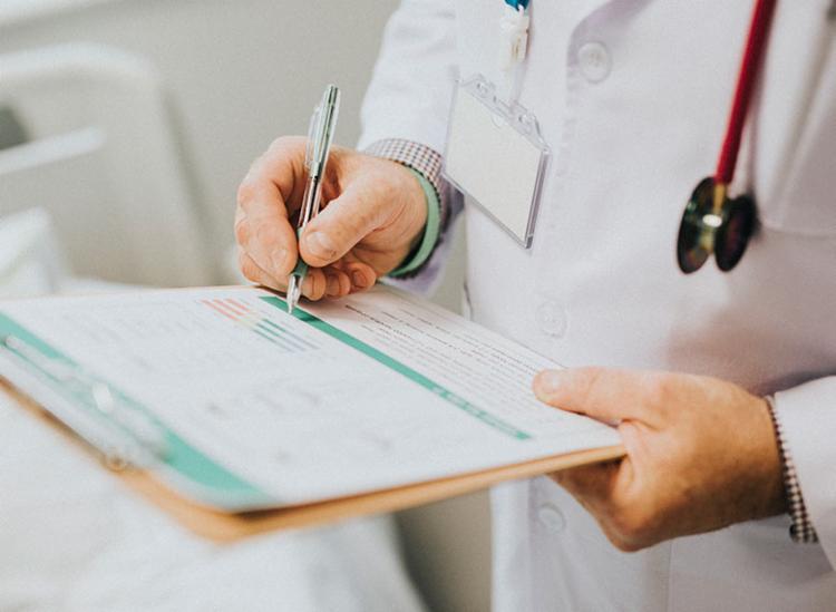 Médicos são concursados e, ao mesmo tempo, prestam serviços terceirizados - Foto: Reprodução   Freepik