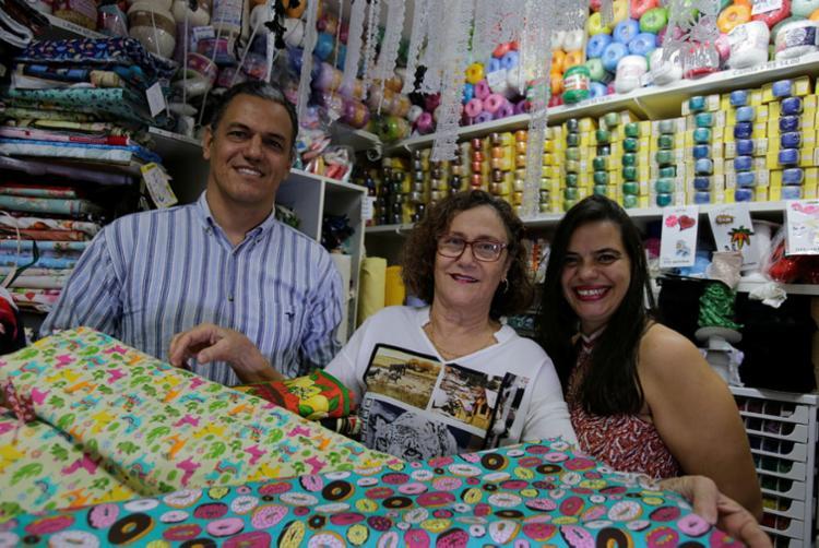 Vinícius, a mãe Delma, fundadora do negócio, e Manuela são sócios no Prado Armarinho: pagamentos são agendados por mês - Foto: Joá Souza | Ag. A TARDE