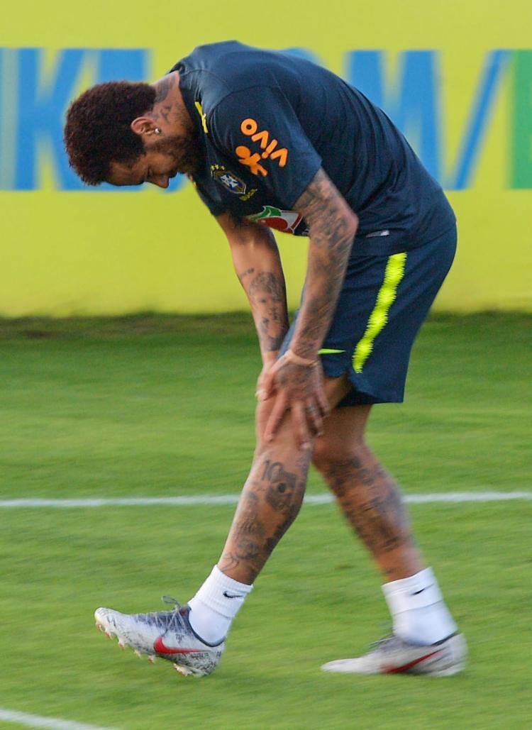 O jogador acusou dores após chutar a gol com a perna esquerda. Ele deixou o campo mancando - Foto: Carl de Souza l AFP