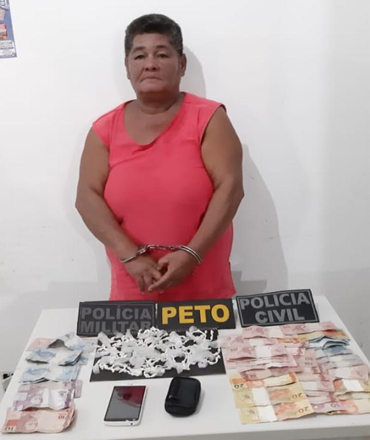 Com Naide, foram apreendidos 232 pedras de crack, R$ 492 em dinheiro e um aparelho de celular - Foto: Divulgação | SSP-BA