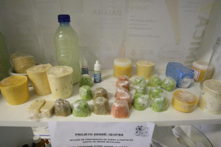 Projeto da Ufba ensina baianas a fazer sabão - Foto: Luciano da Matta l Ag. A TARDE