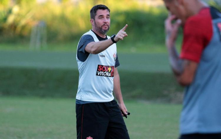 Osmar Loss vai dando sua cara ao time e precisa pontuar para tirar equipe da zona de rebaixamento - Foto: Tiago Caldas l EC Vitória