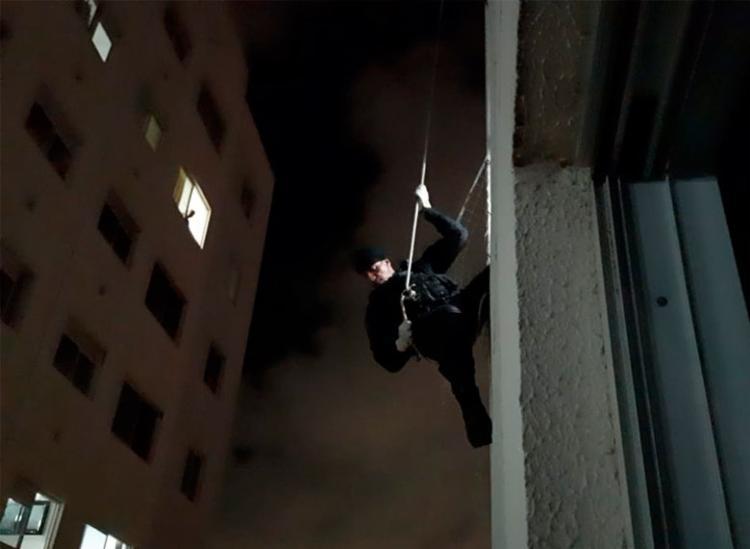 Agentes desceram de rapel pelo prédio antes de entrarem pela janela