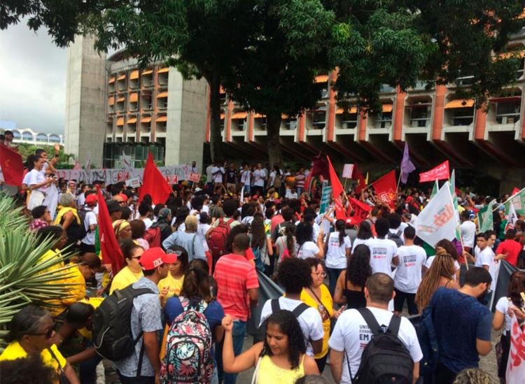 Professores protestam contra cortes de salários durante greve - Foto: Divulgação | Fórum das ADs