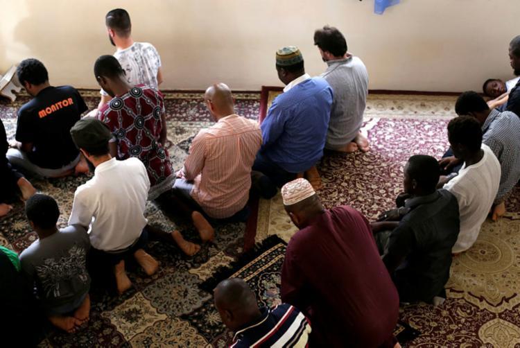 Refugiados sírios e outras pessoas se reúnem em mesquitas para orar - Foto: Raul Spinassé | Ag. A TARDE