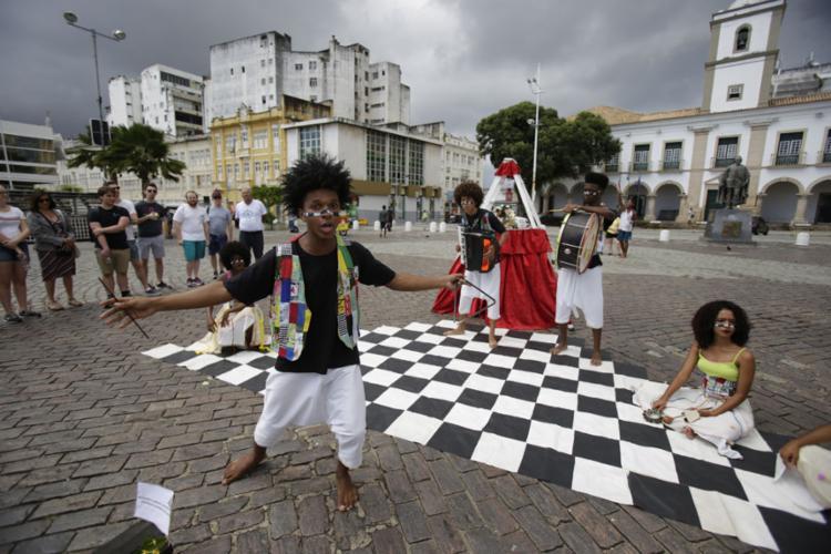 Praça Municipal foi um dos locais escolhidos e atividade visa pagar as passagens - Foto: Joá Souza l Ag. A TARDE