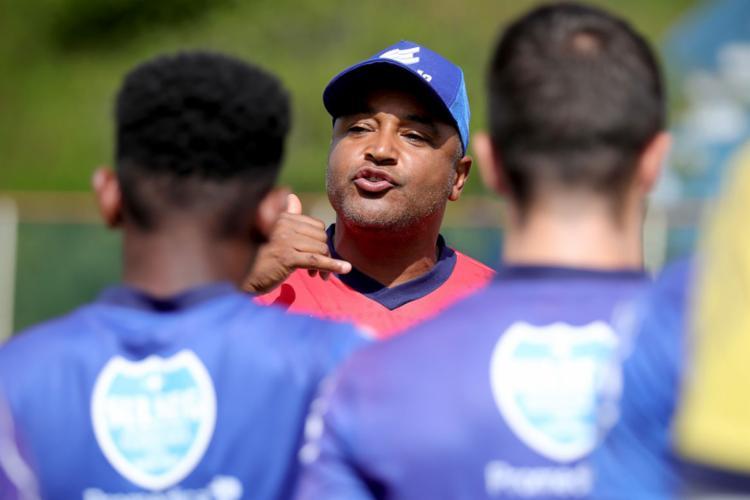 Roger Machado deu as últimas orientações para a equipe tricolor - Foto: Felipe Oliveira l EC Bahia