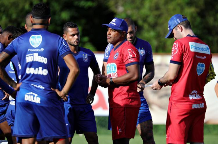 Com Elton junto a Gregore e Douglas, Roger quer dominar o meio-campo - Foto: Felipe Oliveira l EC Bahia
