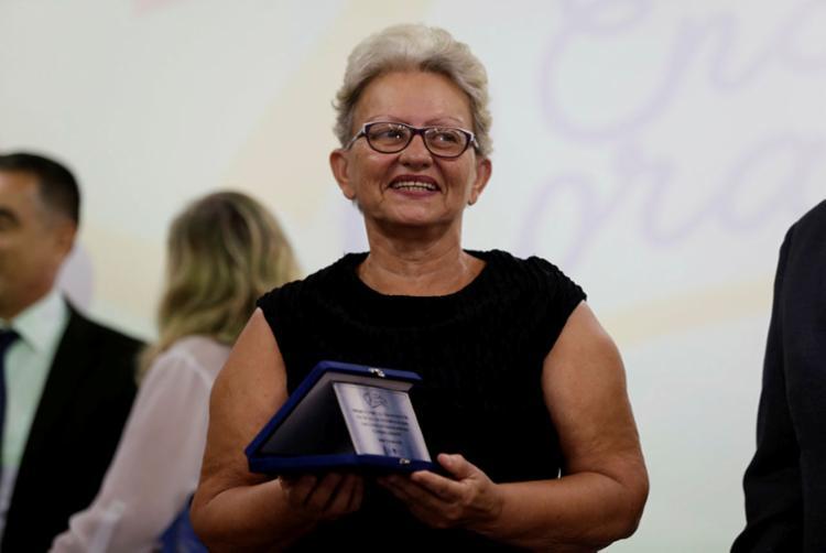 Sergipana Etani Souza, 67 anos, adotou 47 crianças e adolescentes e foi homenageada - Foto: Joá Souza | Ag. A TARDE