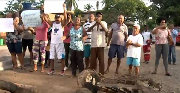Uma das vias foi bloqueada pelos manifestantes - Foto: Reprodução   TV Bahia