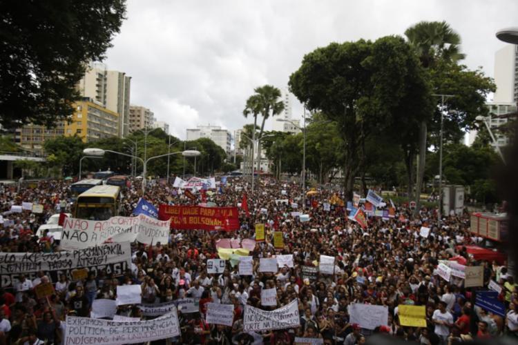 Estudantes e professores de instituições públicas federais, estaduais e municipais participam do ato público - Foto: Raul Spinassé | Ag. A TARDE