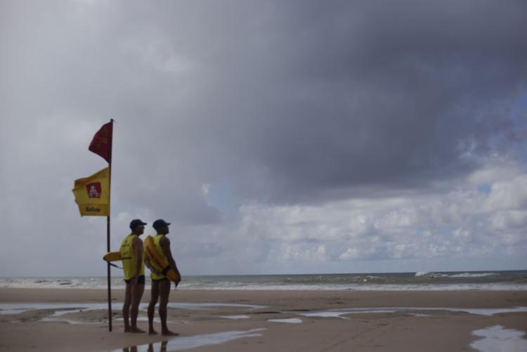 Os salva-vidas possuem conhecimento para informar sobre o melhor ambiente para o banho - Foto: Raphael Müller | Ag. A TARDE