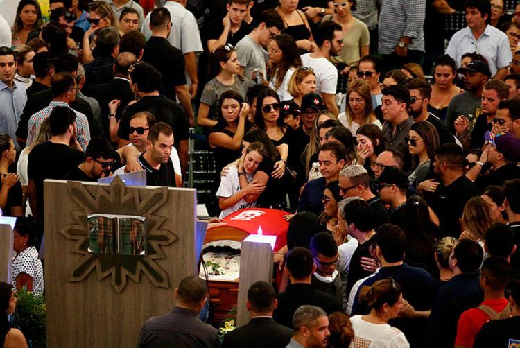 Familiares, amigos e fãs prestaram as ultimas homenagens ao cantor - Foto: Peu Ricardo   Estadão Conteúdo