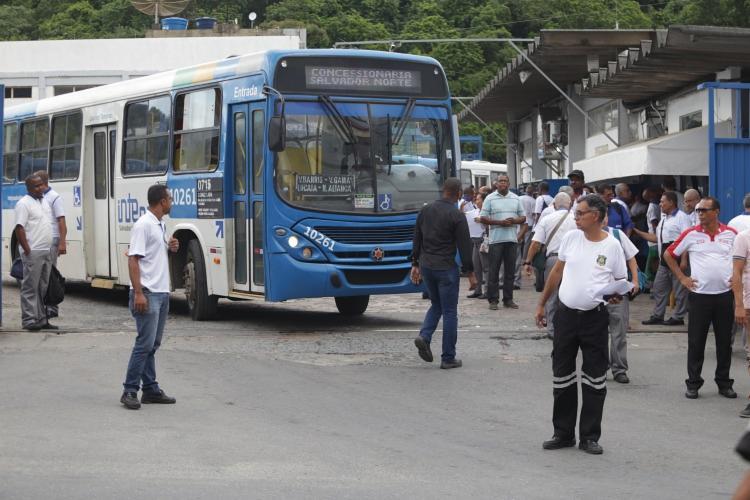 Em assembleia nesta quarta-feira, 15, rodoviários devem ratificar o acordo feito pelo sindicato para que ônibus permaneçam circulando - Foto: Joá Souza   Ag. A TARDE