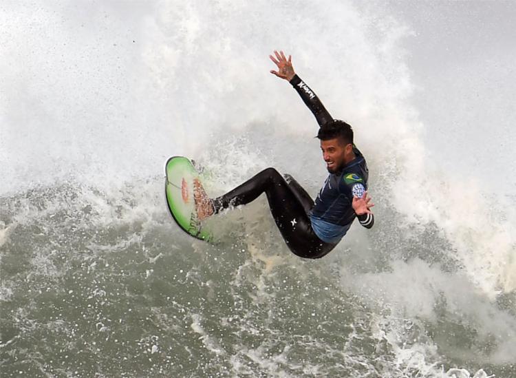 Filipe Toledo conseguiu avançar às quartas de final da competição - Foto: William West   AFP