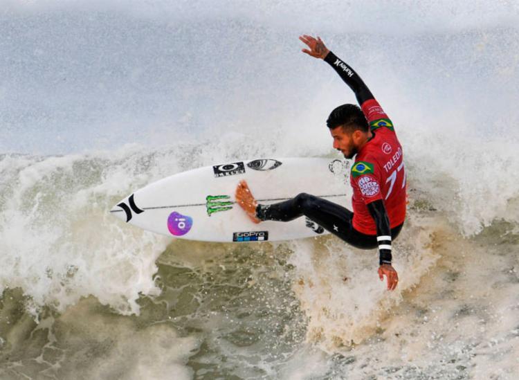 Filipe Toledo se classifica para as oitavas no mundial de surfe - Foto: William West | AFP