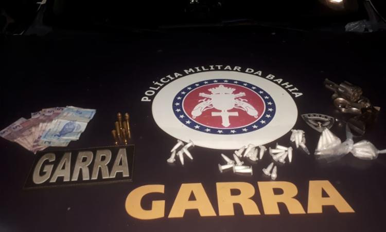 Com ele foi encontrado um revólver, munições, drogas e dinheiro - Foto: Divulgação   SSP-BA