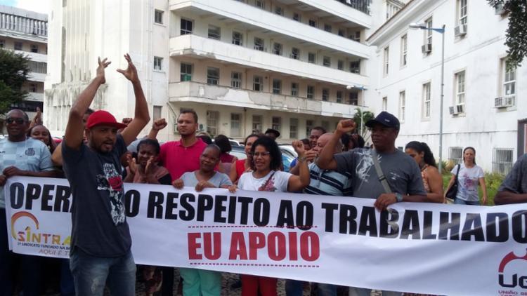 Funcionários estão protestando por conta de atraso de salários - Foto: Shirley Stolze | Ag. A TARDE