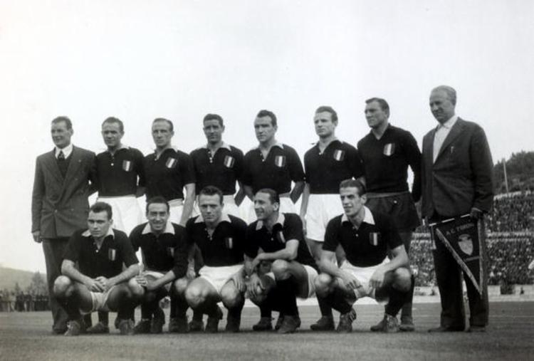 Equipe da Torino em sua última partida, contra o Benfica de Portugal
