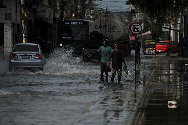 O tráfego de veículos ficou complicado na região da Cidade Baixa - Foto: Felipe Iruatã | Ag. A TARDE
