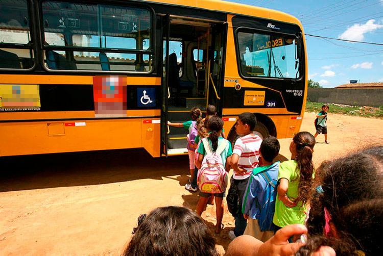 Suspensão do transporte tem inviabilizado a ida dos estudantes às aulas - Foto: Joá Souza | Ag. A TARDE | 31.10.2011