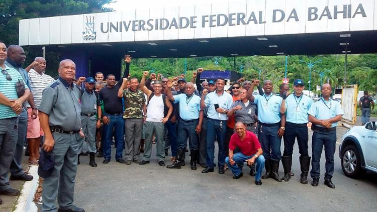 Trabalhadores se concentram em frente ao campus de Ondina - Foto: Shirley Stolze | Ag. A TARDE