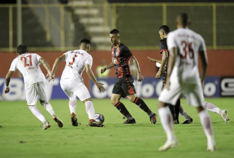 Jogadores do Rubro-Negro não conseguiram passar pela forte marcação do time paulista - Foto: Adilton Venegeroles l Ag. A TARDE