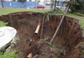 Após fortes chuvas, coqueiro cai e cratera é aberta em Ondina | Foto: Raul Spinassé | Ag. A TARDE