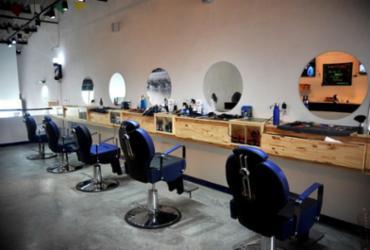Barbearia na Lapinha também funciona como bar | Felipe Iratuã | Ag. A TARDE