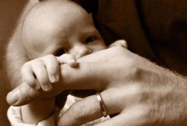 Príncipe Harry compartilha foto de seu filho Archie no Dia dos Pais britânico | Reprodução | Instagram