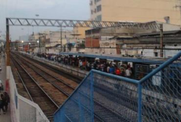 Homem morre ao se pendurar para tirar selfie sobre estação de trem no Rio |